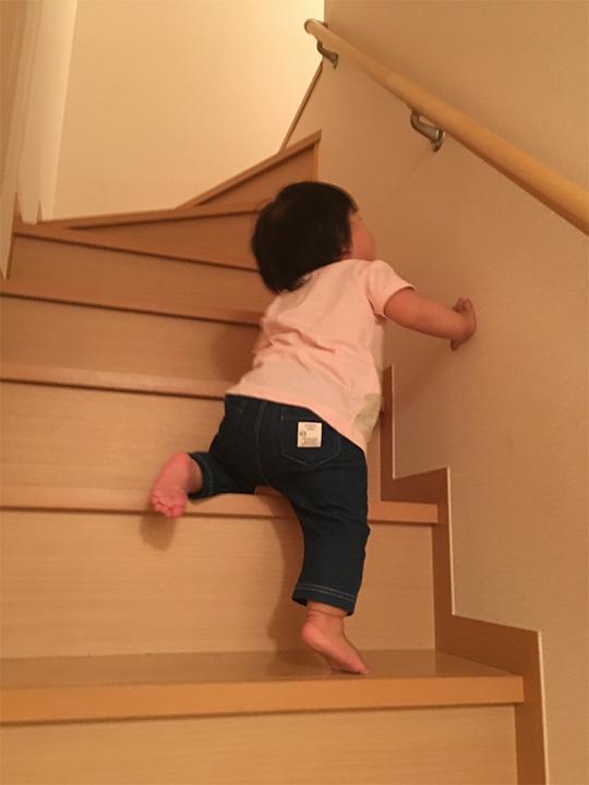 階段をのぼる子供
